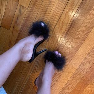 Shoes - Black fluffy feather heels 😍